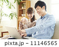 パソコンで検索する男女 11146565
