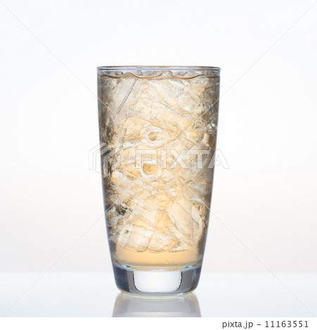 Sweet apple juice with ice in glass isolatedの写真素材 [11163551] - PIXTA