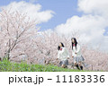 桜をバックに走る高校生 11183336