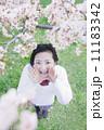 桜の木の下でかけ声を出す高校生 11183342