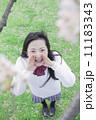 桜の木の下でかけ声を出す高校生 11183343