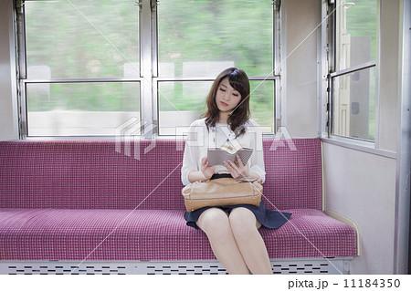 電車で本を読む女性 11184350
