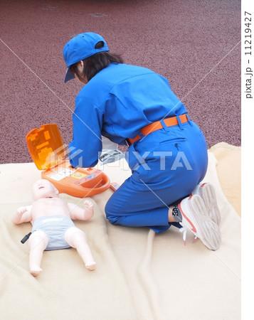 女性消防士と幼児用AED