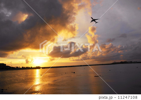 瀬長島の夕日 11247108
