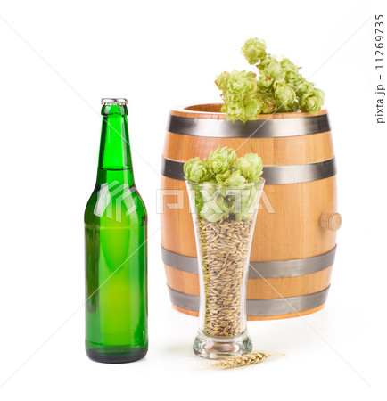 Beer with hop and barrel isolatedの写真素材 [11269735] - PIXTA