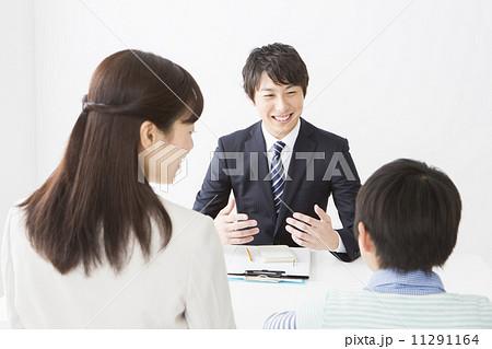スーツの男性と親子 11291164