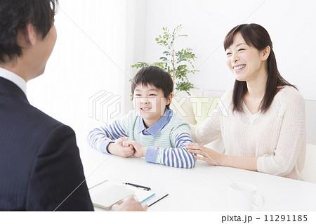 スーツの男性と親子 11291185