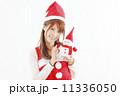 クリスマス気分の若い女性 11336050