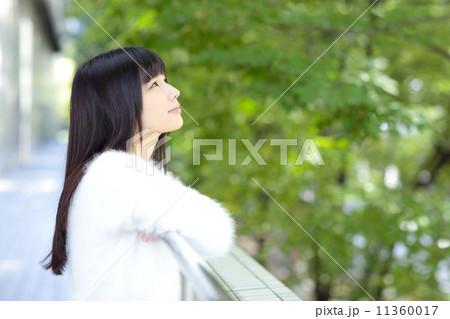 新緑・若い女性 11360017