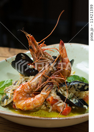 risotto with mussels, prawns and seafood 11421399