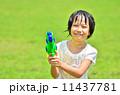 水鉄砲で遊ぶ女の子(芝生広場) 11437781