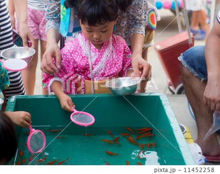 金魚すくいをする女の子  11452258