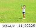 水鉄砲で遊ぶ女の子(芝生広場) 11492225