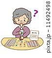 高齢者が薬のを飲む 11492498