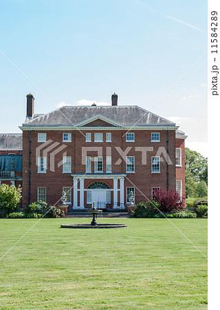 レンガでできた豪邸 噴水つきの大きな庭 11584289