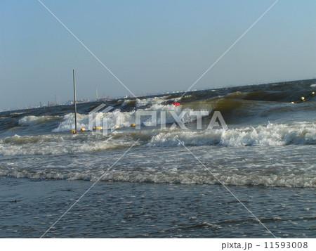 海水浴場表示ブイを振り回す稲毛海岸の大波 11593008