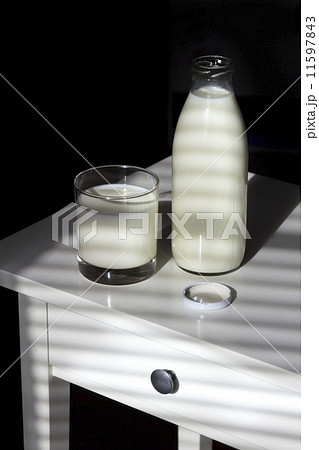Glass and Bottle of Milkの写真素材 [11597843] - PIXTA