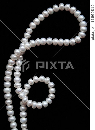White pearls on the black silk as backgroundの写真素材 [11669819] - PIXTA