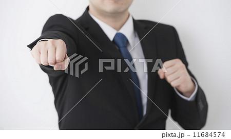 ファイティングポーズをするスーツの男性 11684574