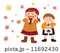 焼き芋を食べる少女とむき栗を頬張る少年 食欲の秋 秋の味覚 11692430