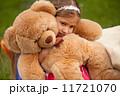 悲しむ くま 女の子の写真 11721070