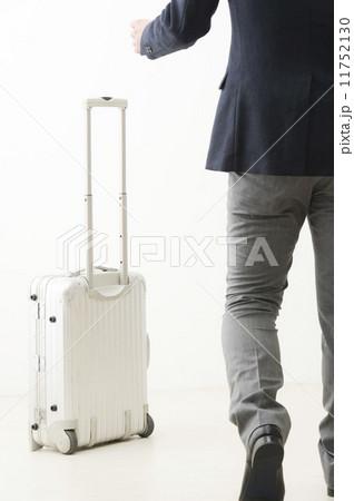 スーツケースとスーツの男性の写真素材 [11752130] - PIXTA
