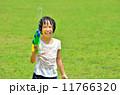 水鉄砲で遊ぶ女の子(芝生広場) 11766320