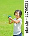 水鉄砲で遊ぶ女の子(芝生広場) 11766321