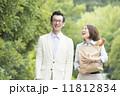 買い物をする日本人の夫婦 11812834