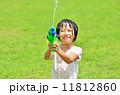水鉄砲で遊ぶ女の子(芝生広場) 11812860