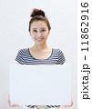 お団子ヘア 人物 笑顔の写真 11862916