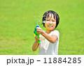 水鉄砲で遊ぶ女の子(芝生広場) 11884285