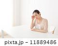 体調が悪い中年女性 11889486