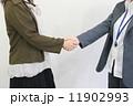握手を交わす女性たち 11902993