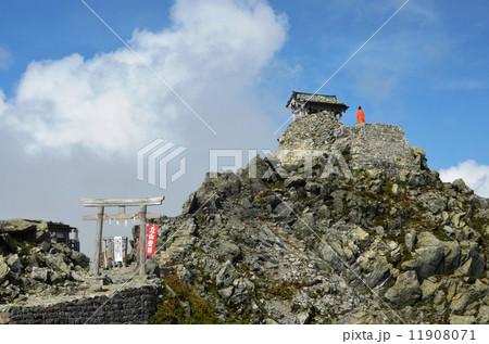 立山の雄山山頂にある雄山神社峰本社 11908071