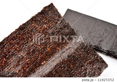 国産浜名湖産の上質な「乾海苔(板海苔)。注意)焼き海苔ではなく「乾海苔(※乾かしただけのもの=色が赤い」です。(※焼き海苔は色が緑色になります。食べる直前に自分で焼くために乾海苔があります。焼かないと 11925352