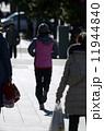 走る女性 11944840