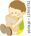 男の子とクッション 11954732