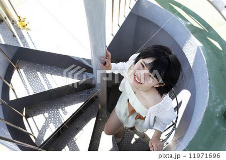 階段をのぼる女子高生 11971696