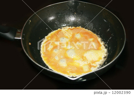 cooking omelette in the pan 12002390