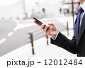 男性 ビジネスマン スマホ スマートフォン 操作 12012484