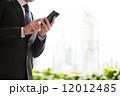 男性 ビジネスマン スマホ スマートフォン 操作 12012485
