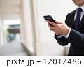 男性 ビジネスマン スマホ スマートフォン 操作 12012486