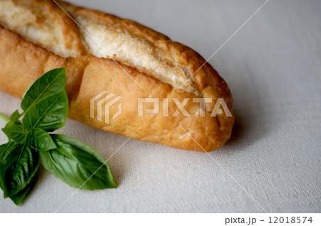 フランスパンとバジル 12018574