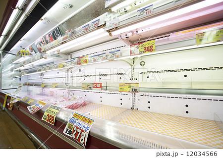 大震災後に空になったスーパーの棚 12034566