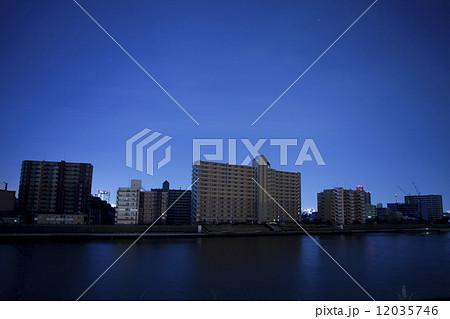 東日本大震災の影響で計画停電した街並み 12035746