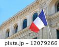 南フランスの建築物とフランス国旗 12079266
