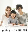 お絵描きをする女の子と両親 12103084