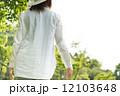 散歩する女性モデル 12103648