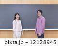大学生 教室 黒板 12128945